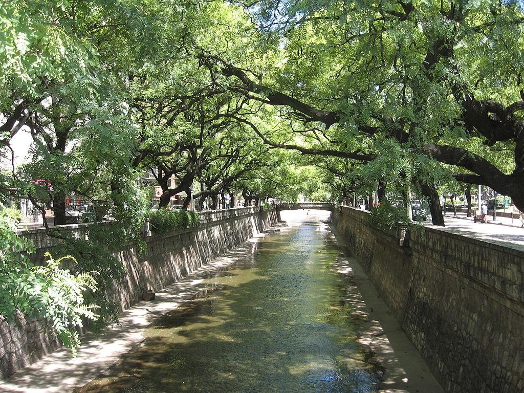 La Cañada est une promenade idéale pour se détendre et prendre un verre